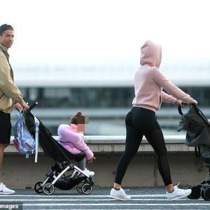 【自主隔離中でもイクメン…!?】クリスティアーノ・ロナウドが恋人のジョージーナ・ロドリゲスと子供たちを連れてお出かけ!Christiano Ronaldo and Georgina Rodriguez enjoy a stroll with their children