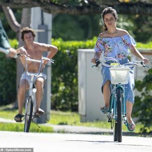 【表情けわしい…!?】カミラ・カベロとショーン・メンデスがマイアミでサイクリング!Camila Cabello and Shawn Mendes enjoy a bicycle ride