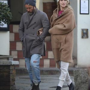 【妊娠してそう…!?】ジュード・ロウが妻フィリッパ・コーンと散歩にお出かけ!Jude Law goes arm in arm with Phillipa Coan