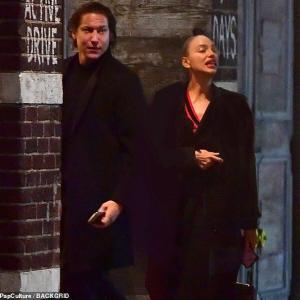 【うさんくさい…!?】イリーナ・シェイクがヴィト・シュナーベルの自宅にお出かけ!Irina Shayk steps out with Vito Schnabel