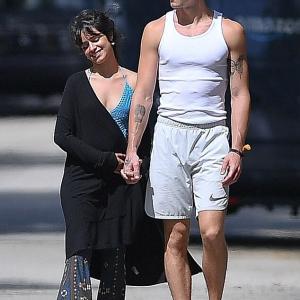 【天パーがスゴいことになってる…!?】カミラ・カベロとショーン・メンデスがマイアミでキス!Camila Cabello and Shawn Mendes step out in Miami