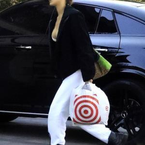 【日用品をゲット…!?】すっぴんのベラ・ハディッドがディスカウントストアにお出かけ!Bella Hadid goes to Target for supplies