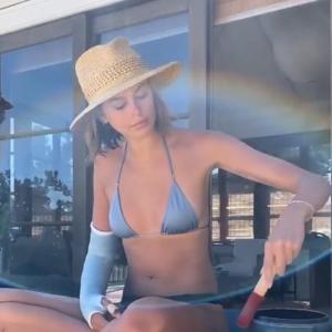 【ギプスが痛々しい…!?】ビキニ姿のカイア・ガーバーがシンギングボウルを演奏!Kaia Gerber uses a singing bowl with her arm
