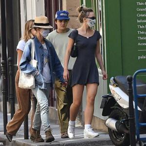 【脚がたくましくなってる…!?】リリー・ローズ・デップが弟と彼女と一緒にお出かけ!Lily-Rose Depp steps out with mum and brother Jack