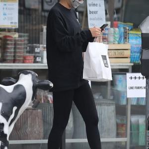 【完全防備…!?】ヘイリー・ビーバーがテイクアウトを取りにお出かけ!Hailey Bieber grabs takeout in West Hollywood