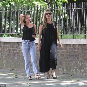 【あんまりママに似てない…!?】ケイト・モスが娘のライラ・グレースとお出かけ!Kate Moss joins her daughter Lila Grace for a stroll