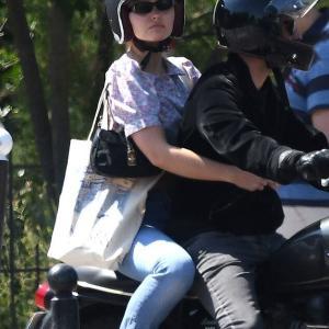 【背中ぱっくりが大胆…!?】リリー・ローズ・デップが義父とバイクでお出かけ!Lily-Rose Depp celebrates her 21st birthday