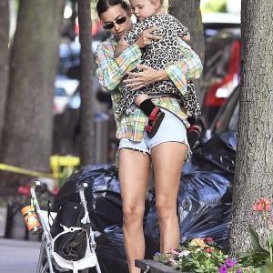【美脚アピール…!?】イリーナ・シェイクが娘のリアとお出かけ!Irina Shayk takes her daughter Lea for a walk