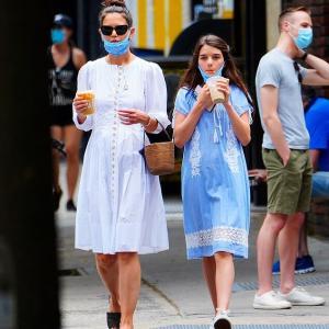 【また大きくなってる…!?】ケイティ・ホームズが娘のスリとお出かけ!Katie Holmes grabs iced coffee with Suri