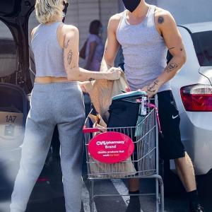 【美腹筋をアピール…!?】マイリー・サイラスが恋人のコーディー・シンプソンとコンビニにお出かけ!Miley Cyrus loads up on essentials with Cody Simpson