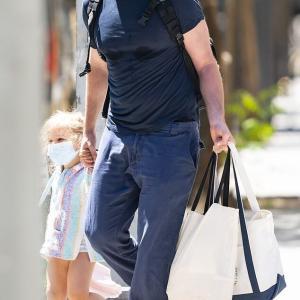 【マスク姿も激カワ…!?】ブラッドリー・クーパーが娘のリアと手をつないでお出かけ!Bradley Cooper holds hands with Lea
