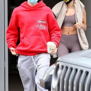 【おしりがプリプリ…!?】ジャスティン・ビーバーとヘイリー・ビーバーがカフェにお出かけ!Justin Bieber enjoys coffee with Hailey