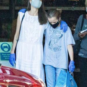 【お疲れ気味…!?】アンジェリーナ・ジョリーが娘のヴィヴィアンとショッピングにお出かけ!Angelina Jolie steps out for shopping with daughter Vivienne