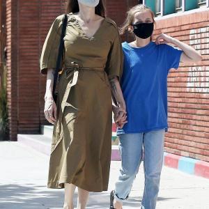 【2人とも細い…!?】アンジェリーナ・ジョリーが娘のヴィヴィアンとお出かけ!Angelina Jolie and daughter Vivienne step out together in LA