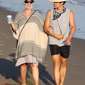 【足の浮腫みがマックス…!?】妊娠中のケイティ・ペリーがオーランド・ブルームとビーチにお出かけ!Katy Perry and Orlando Bloom enjoy a beach stroll