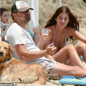 【おじいちゃんと孫娘…!?】レオナルド・ディカプリオが恋人のカミラ・モローネとビーチにお出かけ!Leonardo DiCaprio enjoys a day at the beach with Camila Morrone