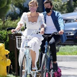 【イケメン夫と一緒に…!?】カーリー・クロスが夫のジョシュア・クシュナーとサイクリングにお出かけ!Karlie Kloss and Joshua Kushner step out for bike ride