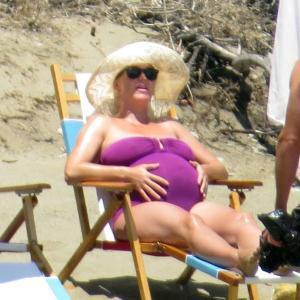 【身体が重そう…!?】臨月のケイティ・ペリーがオーランド・ブルームとビーチにお出かけ!Katy Perry hits the beach with Orlando Bloom