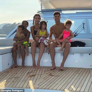 【胸でスヤスヤ…!?】クリスティアーノ・ロナウドが恋人のジョージーナ・ロドリゲスとクルージング!Cristiano Ronaldo and Georgina Rodriguez enjoy their yacht getaway