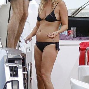 【透明感がスゴい…!?】ビキニ姿のケイト・モスが娘のライラ・グレースと一緒にクルージング!Kate Mose enjoys day on yacht with daughter Lila-Grace