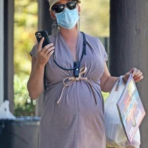 【お腹がはちきれそう…!?】臨月のケイティ・ペリーがショッピングにお出かけ!Katy Perry steps out for shopping