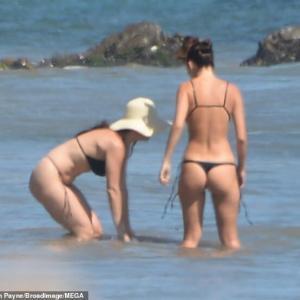 【すんごいTバック…!?】レオナルド・ディカプリオが恋人のカミラ・モローネとビーチにお出かけ!Leonardo DiCaprio hits the beach with Camila Morrone