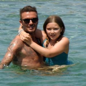 【むっちりハーパーが激カワ…!?】ベッカム一家がギリシャでバケーション!David Beckham and daughter Harper on family holiday in Greece