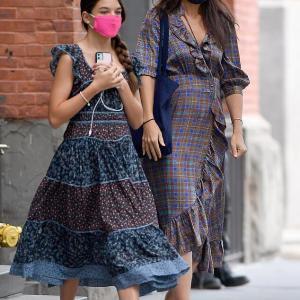 【また大人っぽくなった…!?】ケイティ・ホームズが娘のスリとNYでお出かけ!Katie Holmes and daughter Suri Cruise step out in NYC