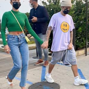 【お尻をさわさわ…!?】ジャスティン・ビーバーとヘイリー・ビーバーがディナーにお出かけ!Hailey Bieber and Justin Bieber head to Nobu