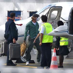 【イリーナ・シェイク似…!?】ブラッド・ピットが29歳下モデルとプライベートジェットでお出かけ! Brad Pitt and Nicole Poturalski make arrival in the South of France