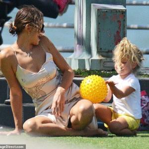 【噂の彼と続いてた…!?】イリーナ・シェイクが娘のリアと公園にお出かけ!Irina Shayk enjoys summer with daughter Lea
