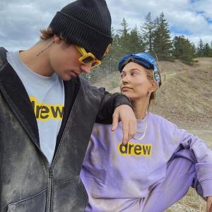 【キスをしてラブラブ…!?】ジャスティン・ビーバーとヘイリー・ビーバーが砂だらけでお出かけ!Justin Bieber and wife Hailey ride ATVs