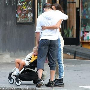 【元彼ブラッドリーと熱いハグ…!?】イリーナ・シェイクが娘のリアとお出かけ!Bradley Cooper is seen hugging ex Irina Shayk