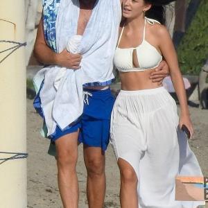 【腰を抱いてラブラブ…!?】レオナルド・ディカプリオが恋人のカミラ・モローネとマリブビーチにお出かけ!Leonardo DiCaprio and Camila Morrone hit the beach in Malibu