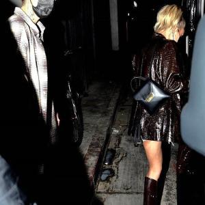 【美脚を披露…!?】ジャスティン・ビーバーとヘイリー・ビーバーがディナーにお出かけ!Hailey and Justin Bieber leave dinner