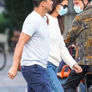 【キスが止まらない…!?】ケイティ・ホームズが歳下シェフの自宅にお出かけ!Katie Holmes kisses Emilio Vitolo Jr in NYC