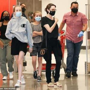 【美脚が際立つ…!?】アンジェリーナ・ジョリーが子供たちとTargetにお出かけ!Angelina Jolie takes the kids to Target
