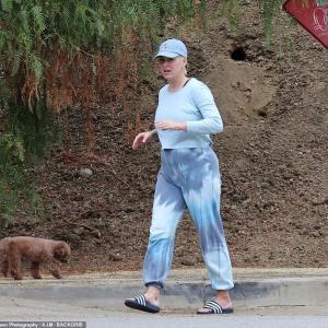 【まだお腹が大きい…!?】産後2ヶ月のケイティ・ペリーがオーランド・ブルームとLAでお出かけ!Katy Perry enjoys a stroll on her birthday