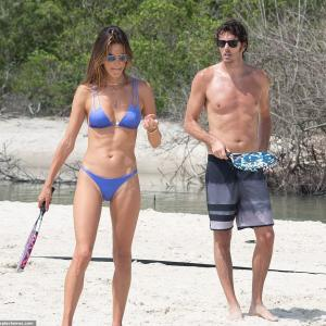 【人目も気にせずキス…!?】アレッサンドラ・アンブロジオが恋人のニコロ・オッディとブラジルでバケーション!Alessandra Ambrosio hits the beach in Brazil