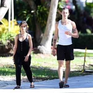 【マスクなしで…!?】ショーン・メンデスが恋人のカミラ・カベロと公園にお出かけ!Shawn Mendes and Camila Cabello take a stroll in the park