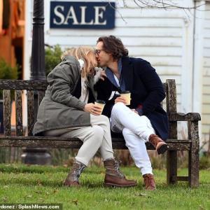【おもむろにキス…!?】グウィネス・パルトロウが夫のブラッド・ファルチャックと散歩にお出かけ!Gwyneth Paltrow and Brad Falchuk enjoy walking
