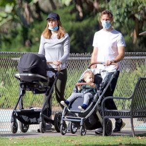 【イクメンぶりがスゴい…!?】ジェンソン・バトンが婚約者のブリトニー・ワードと子供たちを連れてお出かけ!Jenson Button and Brittny Ward step out in Beverly Hills