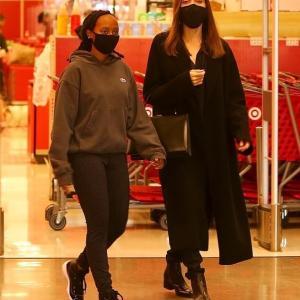 【手をつないで仲良し…!?】アンジェリーナ・ジョリーが娘のザハラとお出かけ!Angelina Jolie and daughter Zahara step out for Target