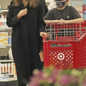 【髪がボサボサ…!?】アンジェリーナ・ジョリーが息子のノックスと一緒にショッピングにお出かけ!Angelina Jolie steps out for shopping in LA