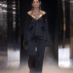【顔面がホラー!?】デミ・ムーアがフェンディのファッションショーに登場!Demi Moore on Fendi runway