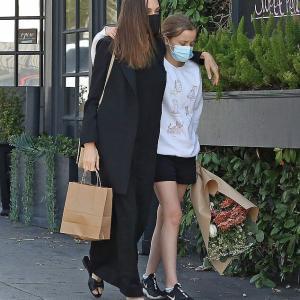 【魔女っぽい…!?】アンジェリーナ・ジョリーが娘のヴィヴィアンとお出かけ!Angelina Jolie walks with daughter Vivienne