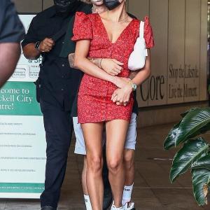 【くっつき過ぎ…!?】ジャスティン・ビーバーとヘイリー・ビーバーがショッピングにお出かけ!Justin and Hailey Bieber enjoy hopping in Miami