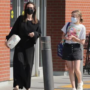 【美脚を披露…!?】アンジェリーナ・ジョリーが娘のヴィヴィアンとショッピングにお出かけ!Angelina Jolie enjoys shopping with daughter Vivienne