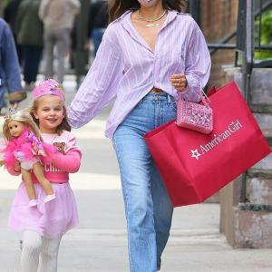 【プリンセスコスが激かわ…!?】イリーナ・シェイクが娘のリアとショッピングにお出かけ!Irina Shayk and daughter Lea step out for shopping in NY