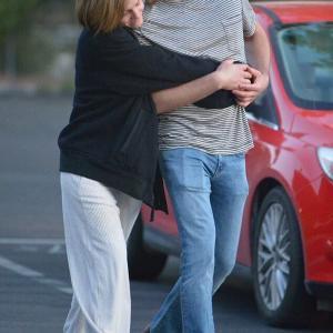 【彼氏がパッとしない…!?】すっぴんのエマ・ワトソンがコーヒーショップにお出かけ!Emma Watson and Leo Robinton step out in LA